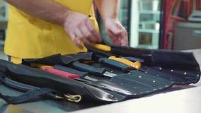 Αρχιμάγειρας που ανοίγει μια τσάντα με knifes στην επαγγελματική κουζίνα απόθεμα βίντεο