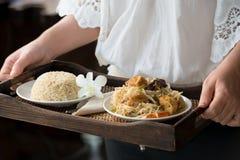 Αρχιμάγειρας που εξυπηρετεί το καφετί ρύζι και τα χορτοφάγα τρόφιμα Στοκ φωτογραφίες με δικαίωμα ελεύθερης χρήσης