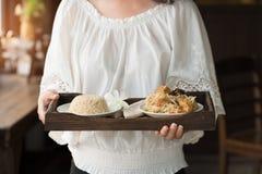 Αρχιμάγειρας που εξυπηρετεί το καφετί ρύζι και τα χορτοφάγα τρόφιμα Στοκ εικόνες με δικαίωμα ελεύθερης χρήσης