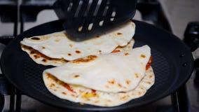 Αρχιμάγειρας που κάνει το quesadilla στο σπίτι απόθεμα βίντεο