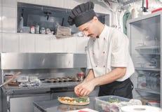Αρχιμάγειρας που κατασκευάζει το σάντουιτς Στοκ Φωτογραφίες