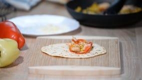 Αρχιμάγειρας που κατασκευάζει tortilla με τα πιπέρια κοτόπουλου, καλαμποκιού και κουδουνιών απόθεμα βίντεο
