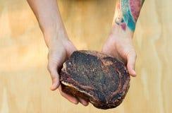 Αρχιμάγειρας που κρατά την ακατέργαστη μπριζόλα Στοκ Φωτογραφίες
