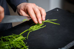 Αρχιμάγειρας που κόβει τα πράσινα μπιζέλια Στοκ Εικόνα