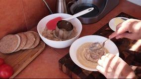 Αρχιμάγειρας που μαγειρεύει το κομματιασμένο καλαμάρι φιλμ μικρού μήκους