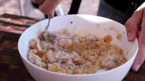 Αρχιμάγειρας που μαγειρεύει το κομματιασμένο καλαμάρι απόθεμα βίντεο