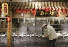 Αρχιμάγειρας που προετοιμάζει τα τρόφιμα σε ένα εστιατόριο στην πόλη Chengdu, Κίνα Στοκ εικόνες με δικαίωμα ελεύθερης χρήσης