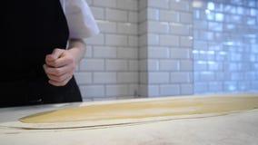 Αρχιμάγειρας που προετοιμάζει τη ζύμη για τα ζυμαρικά φιλμ μικρού μήκους