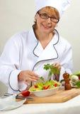 αρχιμάγειρας που προετοιμάζει τη σαλάτα Στοκ Εικόνες