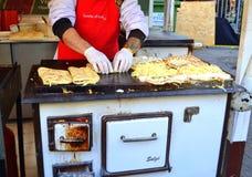 Αρχιμάγειρας που προετοιμάζει τις πίτες Βουδαπέστη Στοκ φωτογραφία με δικαίωμα ελεύθερης χρήσης