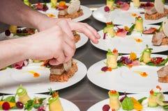 Αρχιμάγειρας που προετοιμάζει τον κόκκινο τάρταρο τόνου και σολομών Στοκ Εικόνα