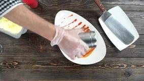 Αρχιμάγειρας που προσθέτει την κονιοποιημένη ζάχαρη φιλμ μικρού μήκους