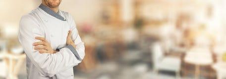 Αρχιμάγειρας που στέκεται στο εστιατόριο με τα διασχισμένα όπλα απαγορευμένα στοκ εικόνες