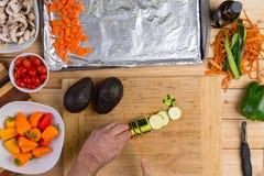 Αρχιμάγειρας που τεμαχίζει φρέσκο κολοκύθια ή ένα κολοκύθι Στοκ εικόνα με δικαίωμα ελεύθερης χρήσης