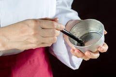 Αρχιμάγειρας που χρησιμοποιεί τη βούρτσα ζύμης Στοκ Εικόνες