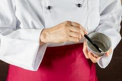 Αρχιμάγειρας που χρησιμοποιεί τη βούρτσα ζύμης Στοκ φωτογραφίες με δικαίωμα ελεύθερης χρήσης