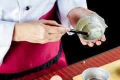 Αρχιμάγειρας που χρησιμοποιεί τη βούρτσα ζύμης Στοκ Εικόνα