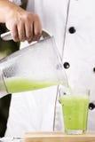 Αρχιμάγειρας που χύνει τον πράσινο καταφερτζή της Apple Στοκ Φωτογραφίες