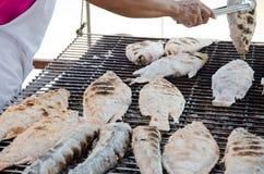 Αρχιμάγειρας που ψήνει τα ψάρια στη σχάρα στοκ εικόνες
