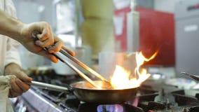 Αρχιμάγειρας σε ένα ύφος μαγειρέματος κουζινών flambe απόθεμα βίντεο