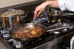 Αρχιμάγειρας στο μαγείρεμα κουζινών ξενοδοχείων ή εστιατορίων, μόνο χέρια Στοκ Εικόνες