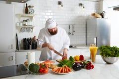 Αρχιμάγειρας τα λαχανικά περικοπών για να μαγειρεψει το γεύμα Στοκ φωτογραφία με δικαίωμα ελεύθερης χρήσης