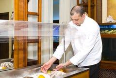 Αρχιμάγειρας του εστιατορίου ψαριών με τα θαλασσινά Στοκ Εικόνες