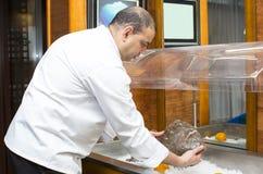 Αρχιμάγειρας του εστιατορίου ψαριών με τα θαλασσινά Στοκ Εικόνα