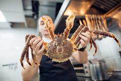 Αρχιμάγειρας του εστιατορίου ψαριών με το χταπόδι καβουριών αστακών θαλασσινών Στοκ Εικόνες