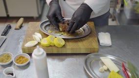 Αρχιμάγειρας Priofessional που χύνει το ακατέργαστο κομμάτι του κρέατος με τη σάλτσα σόγιας πρίν ψήνει στο φούρνο στην κινηματογρ φιλμ μικρού μήκους