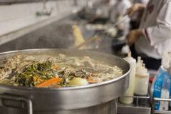 Αρχιμάγειρες κινήσεων μιας κουζίνας εστιατορίων Στοκ φωτογραφίες με δικαίωμα ελεύθερης χρήσης