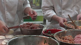 Αρχιμάγειρες ραχών που προετοιμάζουν τα αμυδρά τρόφιμα μπουλεττών ποσού στον τουρίστα Mart Yuyuan στη Σαγκάη, Κίνα απόθεμα βίντεο