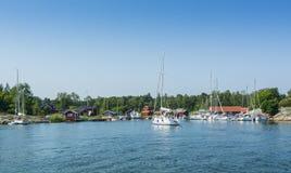 Αρχιπέλαγος της Στοκχόλμης: Ειδυλλιακό λιμάνι Kyrkviken φιλοξενουμένων Στοκ φωτογραφία με δικαίωμα ελεύθερης χρήσης