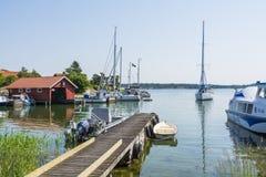 Αρχιπέλαγος της Στοκχόλμης: Ειδυλλιακό λιμάνι Kyrkviken φιλοξενουμένων Στοκ Φωτογραφίες