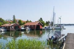 Αρχιπέλαγος της Στοκχόλμης: Ειδυλλιακό λιμάνι Kyrkviken φιλοξενουμένων Στοκ Φωτογραφία