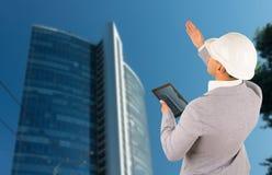 Αρχιτέκτονας ή μηχανικός που ελέγχει έναν ουρανοξύστη Στοκ φωτογραφίες με δικαίωμα ελεύθερης χρήσης