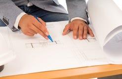 Αρχιτέκτονας ή μηχανικός που ελέγχει ένα σχεδιάγραμμα Στοκ φωτογραφία με δικαίωμα ελεύθερης χρήσης