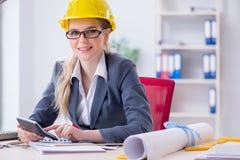 Αρχιτέκτονας γυναικών που εργάζεται στο πρόγραμμα Στοκ Εικόνες