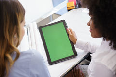 Αρχιτέκτονας γυναικών που χρησιμοποιεί το PC ταμπλετών με την πράσινη οθόνη Στοκ φωτογραφία με δικαίωμα ελεύθερης χρήσης