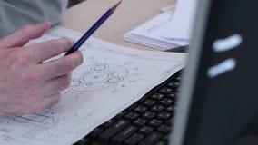 Αρχιτέκτονας, εργασίες σχεδιαστών με το σχεδιάγραμμα απόθεμα βίντεο