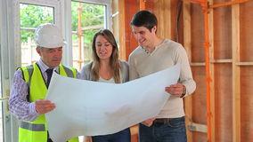 Αρχιτέκτονας και ζεύγος που μελετούν το σχέδιο φιλμ μικρού μήκους
