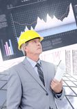 Αρχιτέκτονας και ψηλά κτίρια κατασκευής επιχειρηματιών με το οικονομικό υπόβαθρο διαγραμμάτων χρηματοδότησης στοκ φωτογραφίες