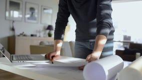 Αρχιτέκτονας που εργάζεται από το σπίτι στον υπολογιστή, unrecognizaple άτομο απόθεμα βίντεο