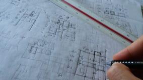 Αρχιτέκτονας που εργάζεται με τα σκίτσα Στοκ Εικόνες
