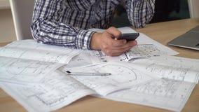 Αρχιτέκτονας που εργάζεται με την αρχιτεκτονική δακτυλογράφηση εγγράφων στο κύτταρο απόθεμα βίντεο