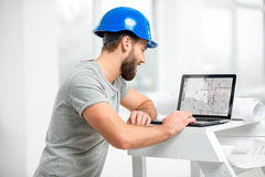 Αρχιτέκτονας που εργάζεται με το lap-top στο εσωτερικό δομών Στοκ Εικόνες