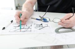 Αρχιτέκτονας που εργάζεται στα σχέδια στοκ φωτογραφίες με δικαίωμα ελεύθερης χρήσης