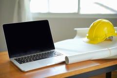 Αρχιτέκτονας που εργάζεται στο σχεδιάγραμμα, μηχανικός inspective στον εργασιακό χώρο, αρχιτεκτονικό πρόγραμμα, έννοια κατασκευής στοκ εικόνες