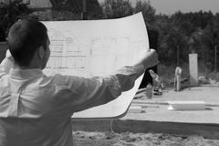 Αρχιτέκτονας που ελέγχει την πρόοδο μιας νέας κατασκευής Στοκ Φωτογραφίες