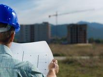 Αρχιτέκτονας που διαβάζει το τεχνικό σχέδιο της κατασκευής Στοκ φωτογραφίες με δικαίωμα ελεύθερης χρήσης